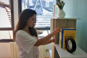 Leticia, terapeuta de Sagüés Psicología, buscando libro